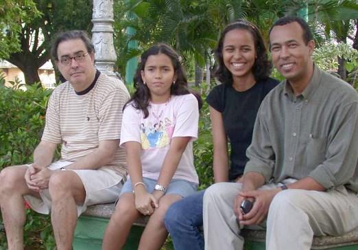 Enriquillo, su hija ..., mi hija Yasmill y yo, una tarde en el parque de San Pedro de Macoris, en una de las últimas visitas que hizo el poeta fuera de la ciudad. (Foto José Andrés de Los Santos).